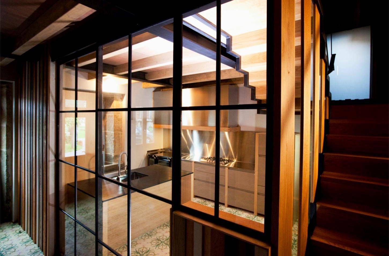 cocina reforma escaleras casa cristalera